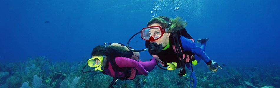 Cotação de passagem aérea! Casal mergulhando no fundo do mar